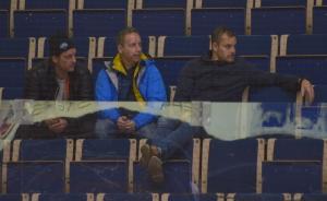 Christian Berglund, fystränare Peter Jasbetz och Sanny Lindström på läktaren under lördagens match mot Sandviken. Den sistnämnde konstaterade på twitter att han var imponerad av det han sett. Foto: Joakim Angle/fbkbloggen