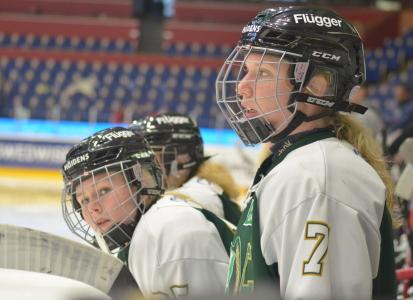 Lagkaptenen Sara Kask och Hanna Johnsson i båset