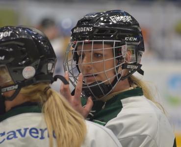 Julia Pettersson justerar gallret, obligatoriskt att spela med för damerna.