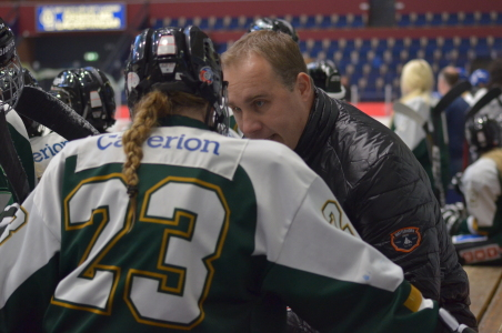 Kecke instruerar Fia Larsson