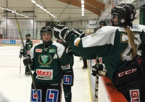 Emelie Johansson gör high five med sina lagkamrater efter ännu ett FBK-mål! Foto: Marie Angle/fbkbloggen