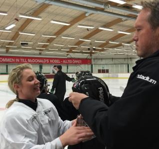 Lagledaren L-G Sundgren levererar hjälm till Sara Kask. Foto: Marie Angle/fbkbloggen