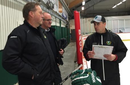 "Lagledaren L-G Sundgren, lagansvarige Mikael Pettersson och huvudtränaren Fredrik ""Kecke"" Wilhelmsson i samspråk! Foto: Marie Angle/fbkbloggen"