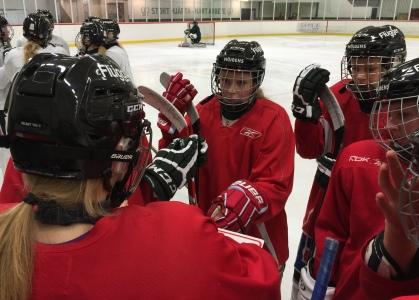 ...och de röda. Stor prestige kring tävlingsmomenten, tröjorna emellan!  Viktigt för att hela tiden utmana tjejerna att tävla... Foto: Marie Angle/fbkbloggen