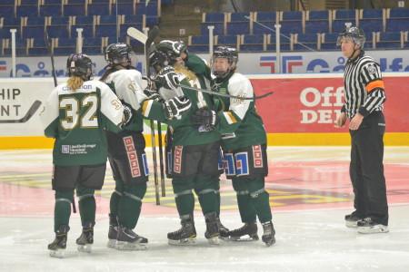 3-0 kommer i inledningen av andra - och här klappas målskytten, lagkaptenen Sara Kask, om av sina lagkamrater Foto: Joakim Angle/fbkbloggen