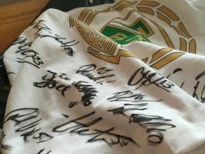 Officiell T-shirt (XL) med spelarnas autografer på.  Foto: Marie Angle/fbkbloggen