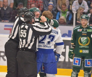 Tolle och Mårtensson rök plötsligt ihop - och Grundel ser lika förundrad ut som de flesta andra... Foto: Joakim Angle/fbkbloggen