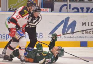 Tollefsen och Örebros Johan Adolfsson ser inte helt överens ut. Foto: joakim Angle/fbkbloggen