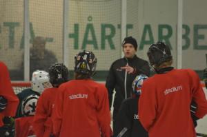 Färjestads huvudmålvaktstränare Jonathan Höjd leder träningarna tillsammans med ett gäng målvaktstränare. Foto: Joakim Angle/fbkbloggen