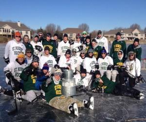 """Laget spelar """"pound hockey"""" på den frusna dammen utanför tränarens hus"""