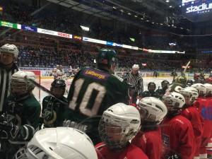 Framtidens lirare, en del av Färjestad BK:s hockeyallians, underhöll i pausen mellan första och andra perioden. Små lirare med härlig attityd - och vi fick se ett riktigt läckert kryssmål också! Den här gången kom lirarna från Färjestad och Hammarö HC. Foto: Marie Angle/fbkbloggen