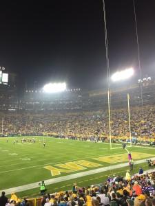 Det bor strax över 100.000 i stan, Packers hemma-arena Lambeau Field rymmer över 80.000 besökare och kön till säsongsbiljetter är jättelång! Här ser vi arenan från Nils plats på nionde raden.