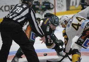 Persson tekar mot Skellefteås Rob Schremp. Foto: Robin Angle/fbkbloggen