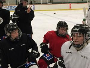 Sofie och Mikaela med nya lagkamraterna. Ett skönt gäng - det vet ni som följt oss. Julia Martinsson gör V-tecknet i bakgrunden. Foto: Marie Angle/fbkbloggen