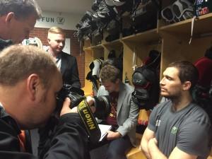 Tollefsen möter rakryggat journalisterna efter förlustmatchen mot HV71 Foto: Marie Angle/fbkbloggen