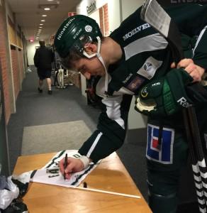 Anton Hedman skriver sin autograf på ett av priserna till tävlingen vi nyss avslutat Foto: Marie Angle/fbkbloggen