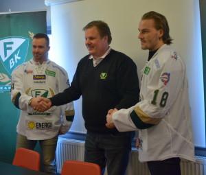 Tomas Skogs, Leif Carlsson och Johan Persson under den traditionella tröjpåtagningen. Numren är inte de som spelarna kommer att bära sedan - det är två reservtröjor utan namn som används! Foto: Robin Angle/fbkbloggen