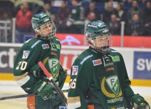 Inga glada miner när Joel och Asplund lämnar isen efter att A-laget förlorat Play In mot Brynäs. Men det innebär samtidigt drömförstärkning för J20 i JSM-slutspelet! Foto: Joakim Angle/fbkbloggen