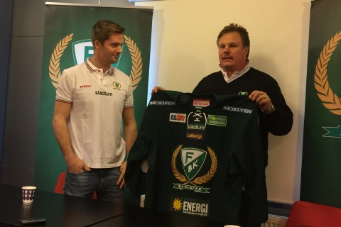 Lars Haugen kommer att spela i nummer 30. Här överräcker symboliskt Leif Carlsson nya tröjan Foto: Marie Angle/fbkbloggen