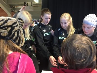 Autografskrivning efter matchen. Färjestad BK:s Hockeyallians ordnade Girl Power All Star Foto: Marie Angle/fbkbloggen