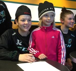 Fansen är föreningens viktigaste tillgång - de är förutsättningarna för allt! Här ser vi Julia Martinsson med ungt fans Foto: Marie Angle/fbkbloggen
