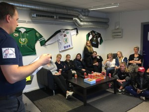 Samling  i Dam-lagets eget krypin i Kobbs Arena för en första genomgång av det som väntar... Foto: Marie Angle/fbkbloggen