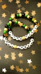 Färjestadsfanset Jeanette Malmgård laddar genom att göra de här vackra FBK-smyckena.