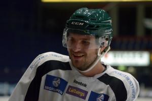 Kul men jobbigt - att gå på is efter några månaders uppehåll är tufft även för ett hockeyproffs... Wikstrand är dock en skön snubbe som håller humöret uppe i båset. Foto: Joakim Angle/fbkbloggen