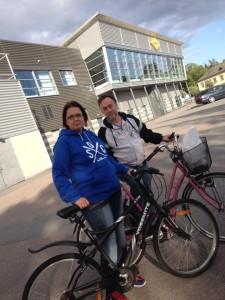 Susanne Jinx och  publikvärden Fredrik på baksidan av Löfbergs Arena