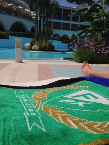 """Färjestad ute i vida världen: """"Hotellets mörkblå handdukar på varenda solstol, utom på min.. Grönvitt på Rhodos!"""", hälsar Oscar Lebisch från ett soligt Grekland."""