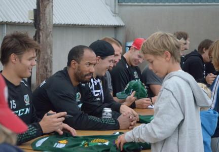 Efteråt skriver spelarna autografer