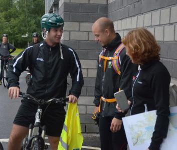 """Elsan Mujezinovics cykel inspekteras av tränare Andreas """"Dallas"""" Dahlström samt undertecknad. Cyklarna var i lite olika skick, vilket innebar en mer eller mindre jobbig resa för dess förare"""