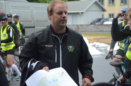Henrik Loob leder dagens övningar, med hjälp av övriga ledare.