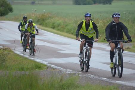Punktering, kedjor som hoppar av och trasiga cyklar - men killarna kämpar oförtrutet på i kyla, blåst och regn!