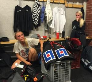Maja och Malin packar upp trunkarna i nya klubben! Foto: Marie Angle/fbkbloggen