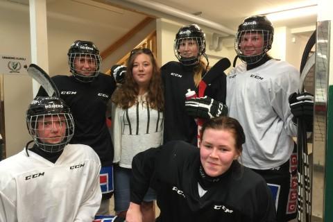 Natalie tillsammans med några av förebilderna i Färjestads damlag Foto: Marie Angle/fbkbloggen
