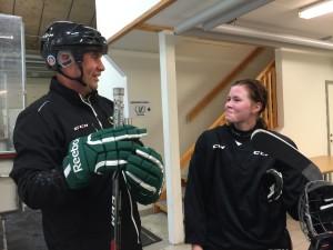 Färjestadsbacken Hanna Johnsson, här med damernas huvudtränare Kecke Wilhelmsson, deltog som en av ledarna i årets Girl Power Camp. Förutom att de bidrar med sin expertis spelar FBK Dam:s spelare en viktig roll som förebilder och ambassadörer.