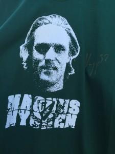 Närbild på tröjan med kapten Nyggas autograf som nu ska skickas till en lycklig vinnare.