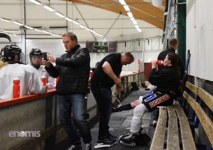 Full fart även i båset! Lagledare LG Sundgren filmar och materialare Micke Nielsen hjälper Hanna Johnsson  Foto Simone Syversson