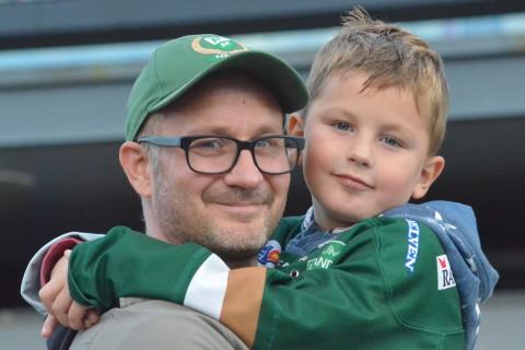 Martin och äldsta sonen Ellioth utanför Löfbergs Arena. Ett av många fantastiska möten med fans! Foto: Joakim Angle/fbkbloggen