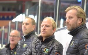 Färjestad har en riktigt vass tränartrojka i Fredrik Kecke Wilhelmson , Anton och Janne Lais Labraaten. I bakgrunden ser vi också damansvarige Micke Pettersson som  ingår i ett likaledes starkt team runt laget. Spelarna är skickliga, ambitiösa och hängivna, men man får inte glömma vikten av ett bra team runt laget! Det har FBK och det är också en starkt bidragande faktor till lagets utveckling och framgångar. Foto: Joakim Angle/fbkbloggen