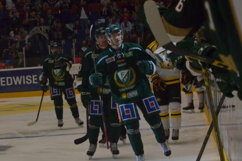 Olofsson på väg för att fira första SHL-målet med lagkompisarna i båset Foto: Joakim Angle/fbkbloggen