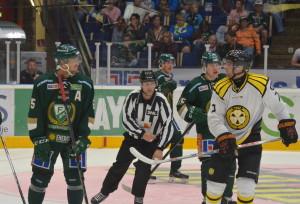 """""""Arga leken börjar...nu!"""" Prestigen är tydlig och känslorna svallar, precis som det ska vara i en bra hockeymatch! Foto: Joakim Angle/fbkbloggen"""