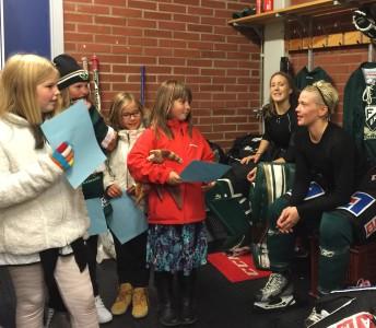 Jonna Andersson (till höger) hade bjudit in tjejerna. Bakom henne ser vi också målvakten Linda Glädt.  Foto: Marie Angle/fbkbloggen