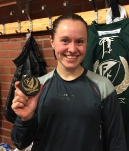 Daniella Carlsson med pucken som hon fick i omklädningsrummet efter matchen Foto: Marie Angle/fbkbloggen