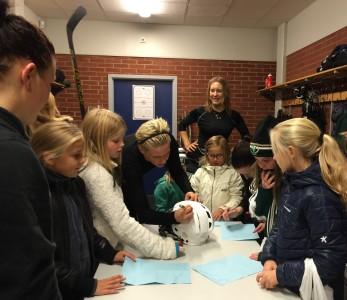 Besökarna spelar i Forshagas flicklag, ett lag som växer för varje träning! Foto: Marie Angle/fbkbloggen