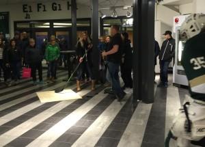 Här är det Christina Pogges tur att för första gången någonsin prova på hockey! Christina, själv duktig fotbollspelare, passade på att önska tjejerna lycka till i lördagens match! Foto: Marie Angle/fbkbloggen
