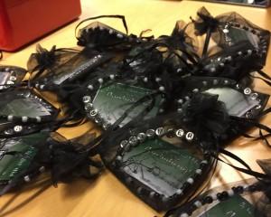 Köp Wolfpacks fina armband - hela summan går oavkortat till Färjestads insamling! 50 väl investerade kronor. Foto: Marie Angle/fbkbloggen