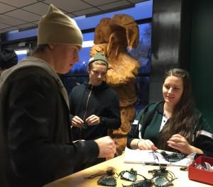 Joakim Nygård, Johan Olofsson och resten av A-laget passade på att köpa armband av Jannike Markebro. Man kan betala armbandet, eller helt enkelt bara donera en slant, via swishnr: 123 197 98 30 [märk Movember Donation 2015]
