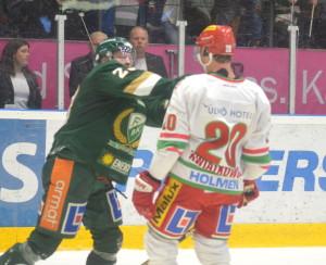 Röymark och Modos Joel Kwiatkowski i diskussion där Röya ser lite mer angelägen ut... Foto: Joakim Angle/fbkbloggen
